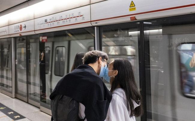 Bloomberg: Vì một thế giới không Covid-19, hãy ngừng… hôn nhau!
