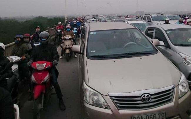 Cầu Vĩnh Tuy tê liệt vì tai nạn giao thông 