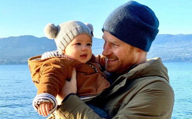"""Meghan Markle hiếm hoi tiết lộ thông tin mới về con trai Archie nhưng vừa chia sẻ đã bị ném đá là bà mẹ """"vô trách nhiệm"""""""