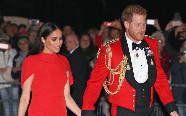 """Meghan Markle tỏa sáng như """"nữ hoàng"""" trong sự kiện mới nhất nhưng gương mặt buồn bã của Hoàng tử Harry mới đáng chú ý"""
