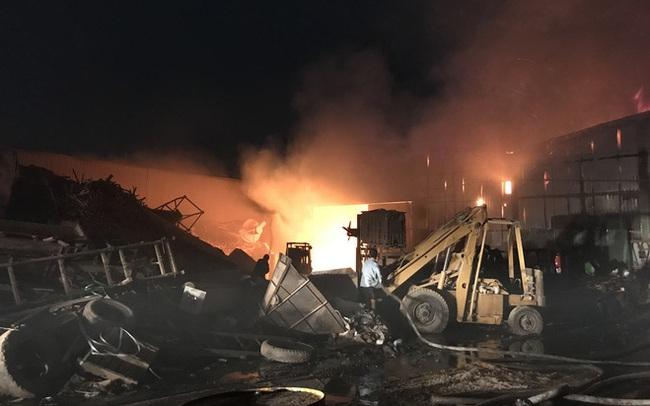 Công ty sản xuất mùn cưa rộng 5.000m2 bốc cháy dữ dội lúc nửa đêm, hàng chục người tháo chạy