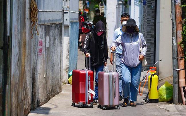 Di chuyển 2 phụ nữ trong con hẻm bị phong tỏa ở Sài Gòn vì nghi có người nhiễm Covid-19