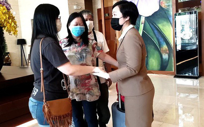 Dỡ cách ly tại khách sạn ở Đà Nẵng nơi 2 khách người Anh dương tính với Covid-19 lưu trú  Dỡ cách ly tại khách sạn ở Đà Nẵng nơi 2 khách người Anh dương tính với Covid-19 lưu trú photo1584859509764 1584859517565 crop 1584859523794278082003