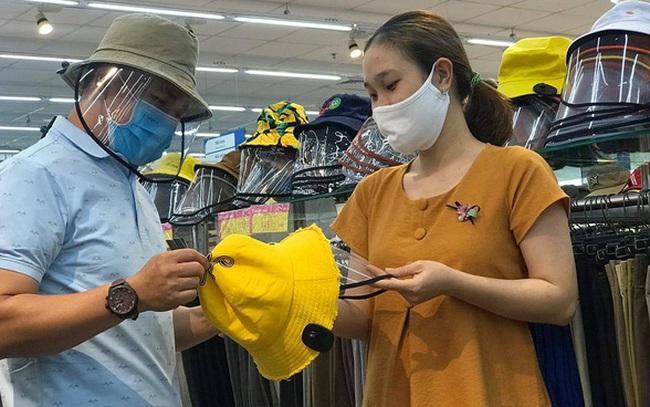 """Sau khẩu trang và nước rửa tay, đến lượt """"mũ chống dịch"""" cũng cháy hàng ở các siêu thị, cửa hàng"""