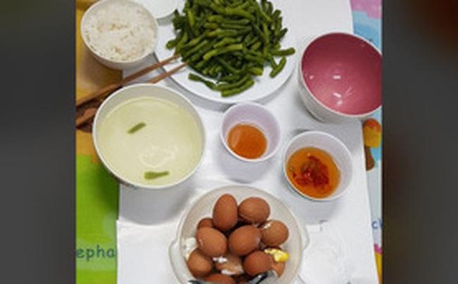 """""""Xót lòng"""" bữa cơm vội 10 rưỡi đêm của những chiến sĩ tuyến đầu chống dịch Covid-19: Vỏn vẹn đĩa rau luộc, trứng luộc, cơm trắng và nước mắm"""