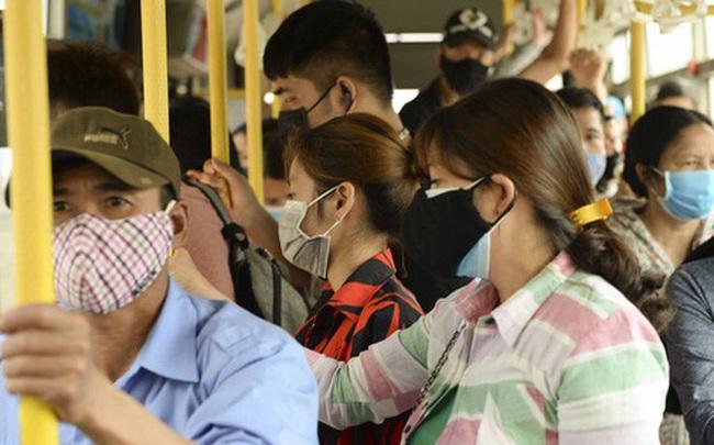 [Ảnh] Khách tăng đột biến, xe buýt chật kín người, tài xế, phụ xe thấp thỏm trong ngày đầu Hà Nội cắt giảm hoạt động