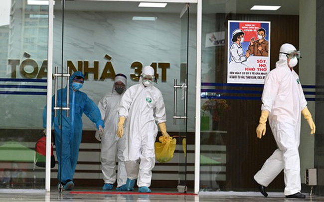 [ẢNH] Phun khử trùng toà nhà 34T Trung Hoà nơi nữ phóng viên dương tính Covid-19 sinh sống