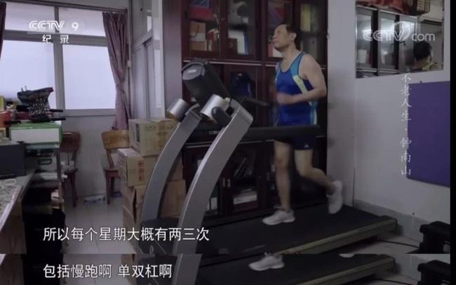 Nhà dịch tễ học hàng đầu Trung Quốc - Chung Nam Sơn 83 tuổi, từng mắc rất nhiều bệnh, nhưng hiện tại ông rất khỏe mạnh vì nhờ làm việc này đều đặn mỗi ngày