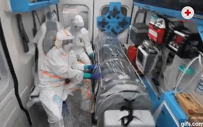 """Hình ảnh xúc động bên trong xe cứu thương chở bệnh nhân Covid-19 ở Italy: """"Đừng sợ"""", """"Đừng sợ""""!"""