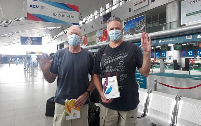 """2 bệnh nhân người Anh được chữa khỏi Covid-19 chia sẻ trước khi lên máy bay về nước: """"Tôi rất cảm động vì sự chu đáo của các bạn"""""""