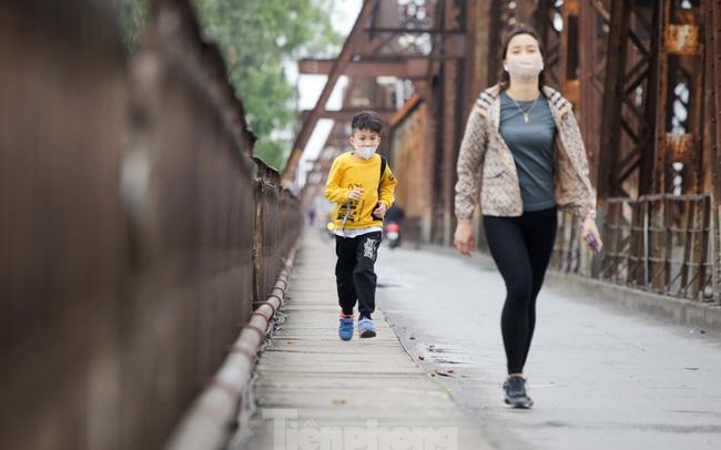 Nườm nượp người tập thể dục trên cầu Long Biên chiều cuối tuần