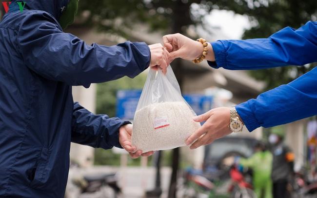 """Thêm """"máy ATM"""" phát gạo miễn phí tại Hà Đông cho người nghèo"""