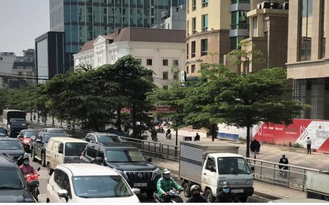 Ngày thứ 14 cách ly xã hội: xe cộ đổ về tại các cửa ngõ ở Hà Nội
