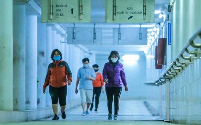 Công viên đóng cửa, người dân xuống hầm đi bộ tập thể dục