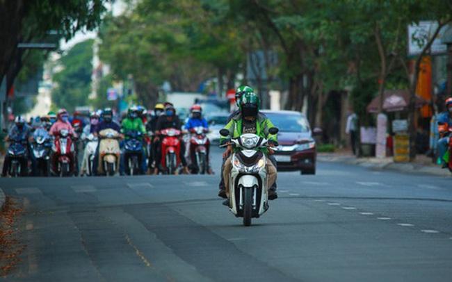 Đường vắng, người dân ở Sài Gòn vô tư vượt đèn đỏ