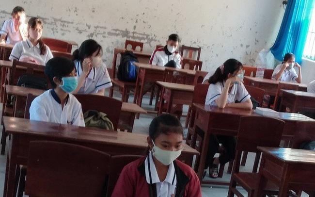 Học sinh ngồi cách nhau 2 mét trong ngày đầu tới trường