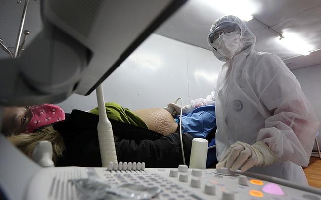 Cận cảnh phòng khám dã chiến bằng container ở bệnh viện phụ sản T.Ư