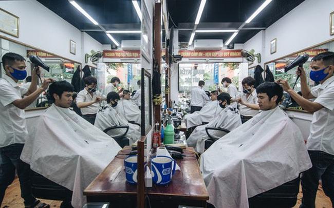 Người Hà Nội ngồi đợi được cắt tóc sau 3 tuần cách ly xã hội