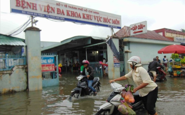 Bệnh viện ngập sâu trong nước sau cơn mưa chiều