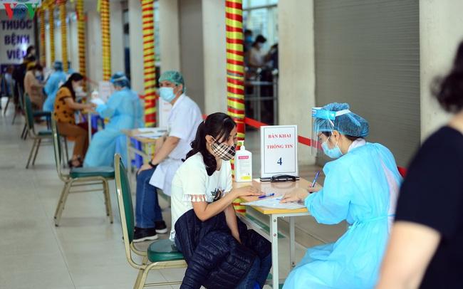 Ảnh: Người dân đổ về Bệnh viện Bạch Mai khám bệnh sau thời gian cách ly