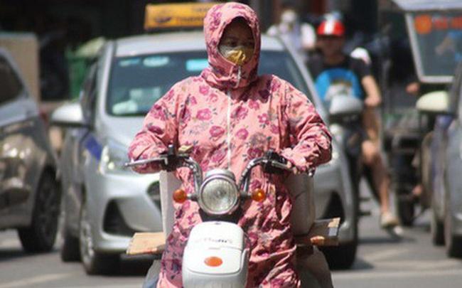 Muôn kiểu tránh nắng của người dân Hà Nội trong những ngày nóng đỉnh điểm