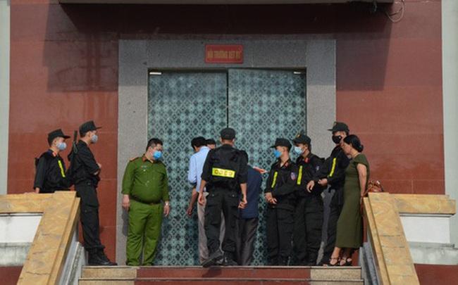 """[ẢNH] Quang cảnh phiên xử vợ chồng chủ doanh nghiệp Lâm Quyết liên quan đến Đường """"Nhuệ"""""""