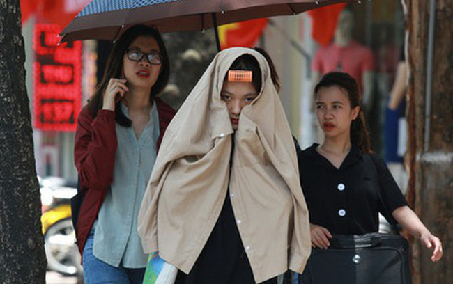 Hà Nội: Sinh viên nhăn mặt, người lao động oằn mình di chuyển dưới nắng nóng như thiêu đốt