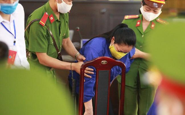 """Mẹ bỏ 440 triệu đồng chạy điểm cho con ở Sơn La suy sụp trước tòa: """"Tôi vì lo cho con..."""""""