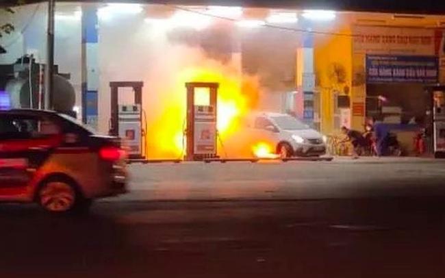 Hà Nội: Xe ô tô lùi trúng cột bơm khiến cây xăng Hào Nam bốc cháy dữ dội