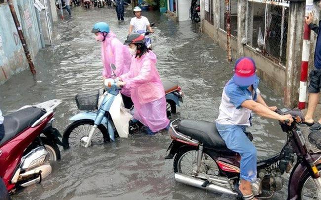 Nhiều khu vực ở TP HCM đang chìm trong mênh mông nước