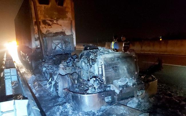 Kinh hãi cảnh xe đầu kéo cháy thành than trên cao tốc TP.HCM-Trung Lương