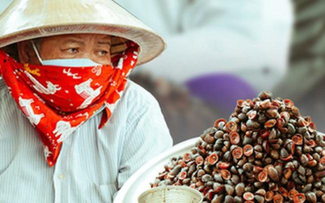 """Hàng ốc xào kỳ lạ nhất Sài Gòn chỉ bán 1 món suốt 2 đời, giá tận 120k/lon ốc """"toàn nhà giàu hay giới sành ăn mới dám mua"""" ship thẳng luôn sang Mỹ"""
