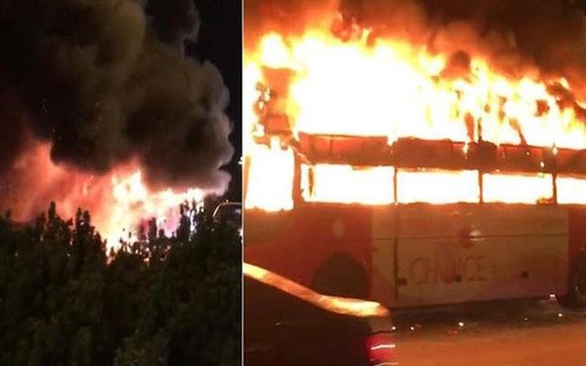 Hà Nội: Xe khách bốc cháy dữ dội trên đường vành đai 3