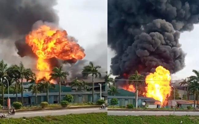 Đang cháy dữ dội tại kho hóa chất ở Long Biên, cột khói đen bốc cao hàng chục mét