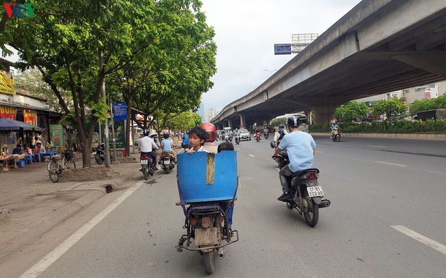 Dòng người chở nhau vô tư đi ngược chiều ở đường Nguyễn Xiển, Hà Nội