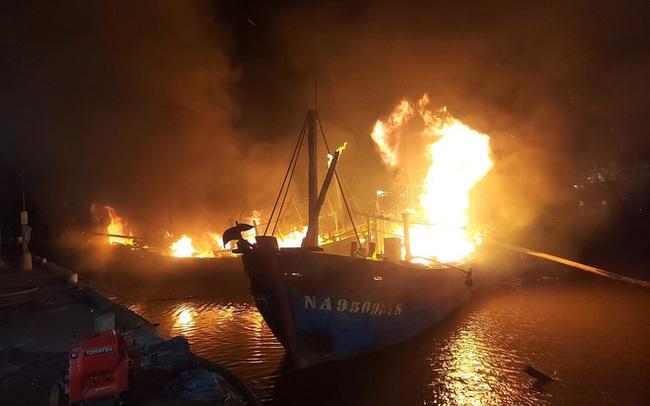 Toàn cảnh hiện trường vụ cháy 4 tàu cá chuẩn bị ra khơi, thiệt hại cả chục tỷ đồng