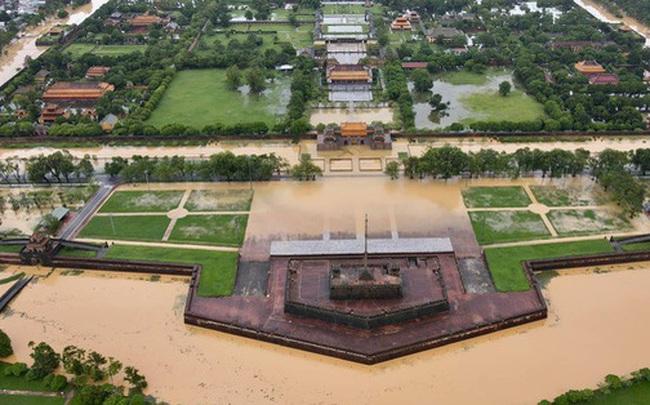 Chùm ảnh flycam: Trung tâm thành phố Huế ngập nặng do mưa lũ kéo dài, nước tiến sát mép cầu Trường Tiền
