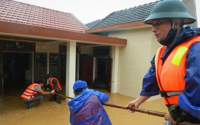 VIDEO: Ca-nô đến tận… cửa giải cứu người dân mắc kẹt trong lũ