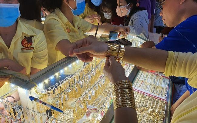 Giá vàng cuối ngày 10-11: Vì sao vàng SJC neo cao hơn thế giới quá nhiều?