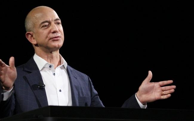 """Khám phá cách tiêu tiền """"lạ đời"""" người đàn ông giàu nhất thế giới: Sẵn sàng chi tiền để du hành vũ trụ, mua căn hộ cao cấp trên bầu trời nhưng cực kỳ """"hà tiện"""" khi chọn xe"""