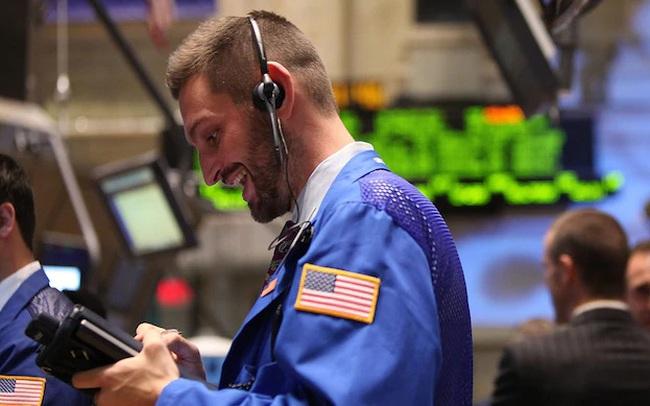 Dow Jones tiếp tục tăng hơn 250 điểm, trong khi cổ phiếu công nghệ bị bán tháo mạnh