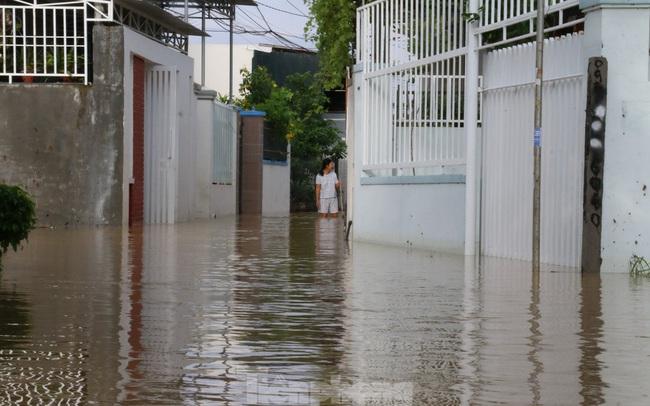 Bão tan nhưng dân phố biển Nha Trang vẫn bì bõm nơi nước ngập