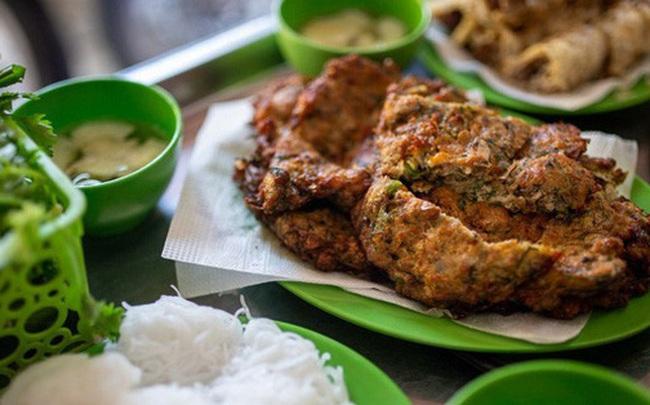 """Báo nước ngoài đưa tin về hàng chả rươi 30 năm đông khách nhất nhì Hà Nội, món ăn trông thì """"rùng mình"""" nhưng ăn vào lại thấy vị bất ngờ"""