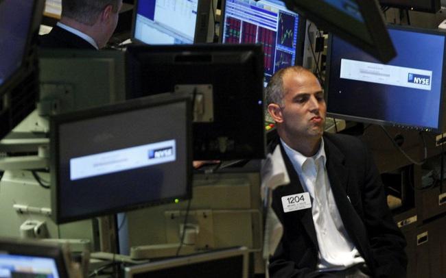 Nỗi lo về dịch bệnh quay trở lại, Phố Wall dứt đà tăng, Dow Jones có lúc rớt gần 500 điểm