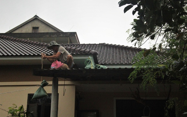 """Chùm ảnh: Quảng Trị """"chạy đua"""" sơ tán dân trước khi bão số 13 đổ bộ"""