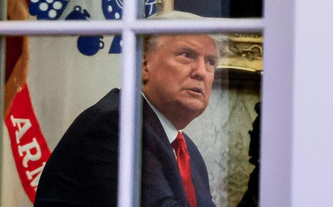 """Ông Trump úp mở về một đòn giáng mạnh, nhưng nhóm pháp lý lại vừa """"lùi bước lớn"""" ở 1 bang quan trọng"""