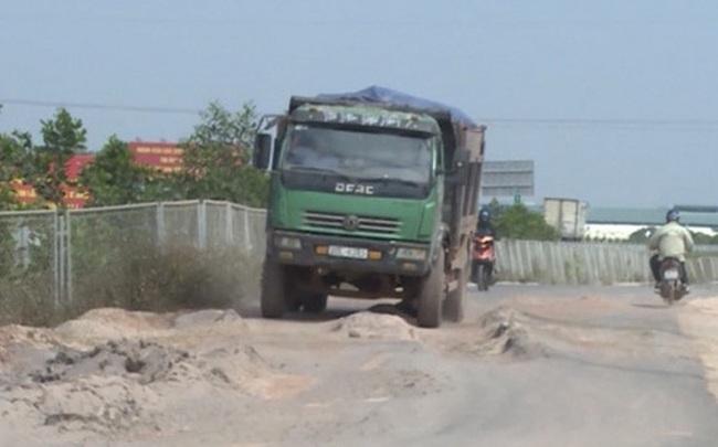"""""""Bất lực"""" nhìn đường gom 60 tỷ cao tốc Bắc Giang - Lạng Sơn bị """"cày"""" nát"""