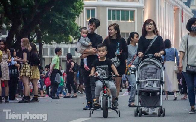 Người dân Hà Nội đổ lên phố đi bộ hưởng se lạnh cuối thu