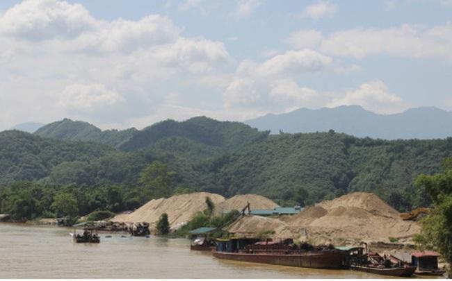 Ảnh: Rầm rộ khai thác cát dưới chân cầu Tô Mậu (Yên Bái)