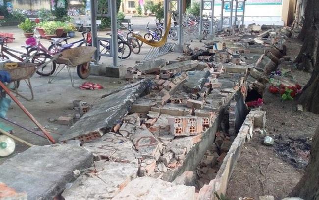 CLIP: Gần 30 m tường bao của 1 trường tiểu học ở Đồng Nai bất ngờ đổ sập